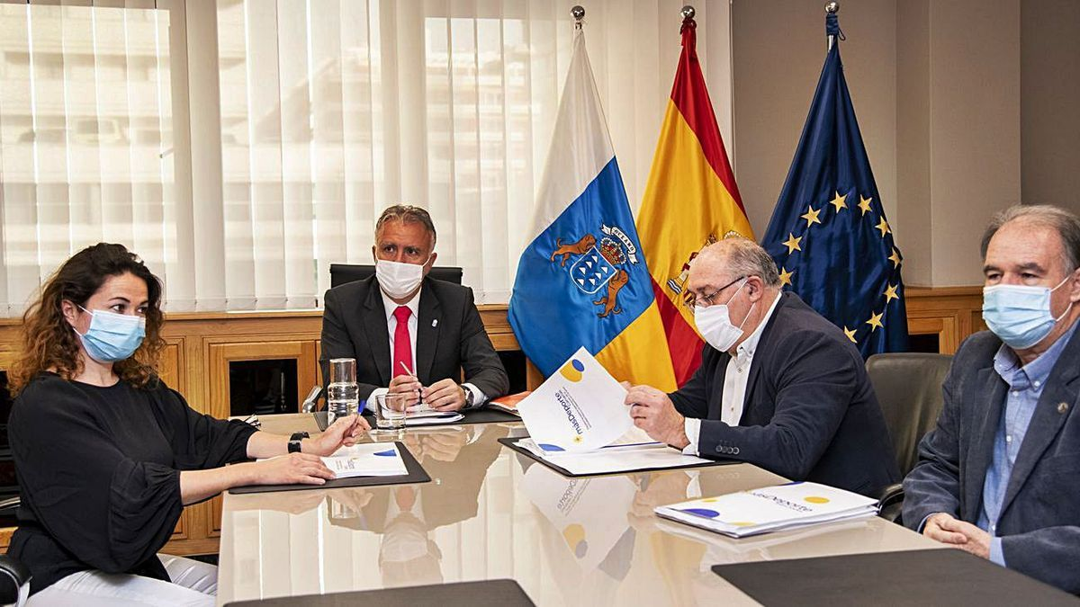 From left  to right, Eva Navarro, Ángel Víctor Torres, Manuel López and Antonio González Molina, yesterday, during the meeting.        LP / DLP