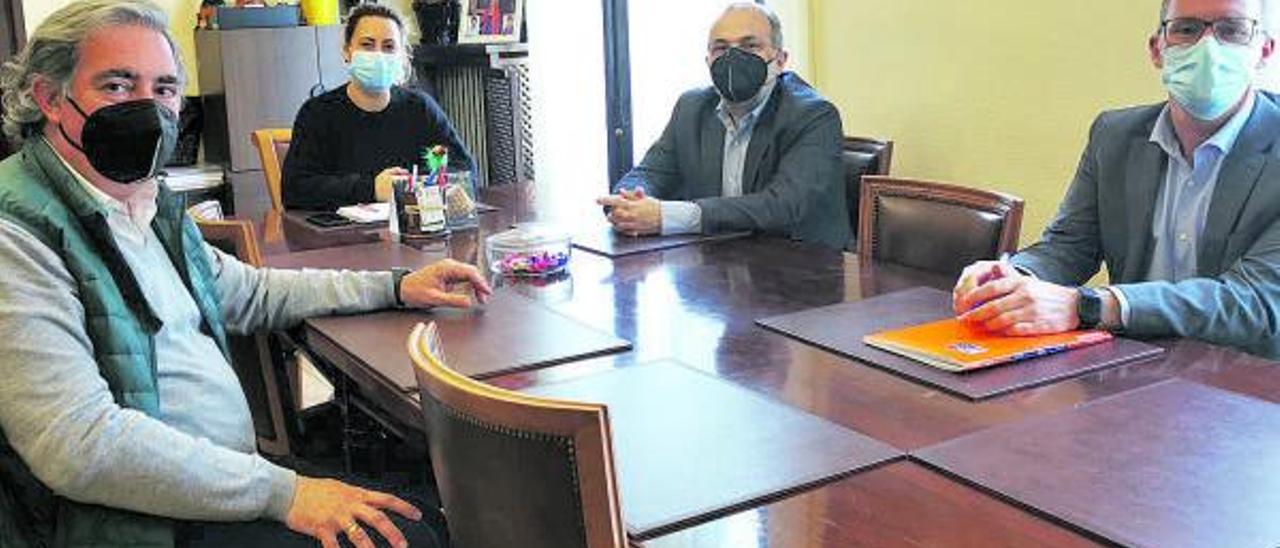 Por la izquierda, Carlos Rodríguez de la Torre, coordinador de la Cámara, Gema Álvarez, José Manuel Ferreira y Nacho Iglesias, director del área de desarrollo empresarial de la Cámara; ayer, en el Ayuntamiento de Lena.