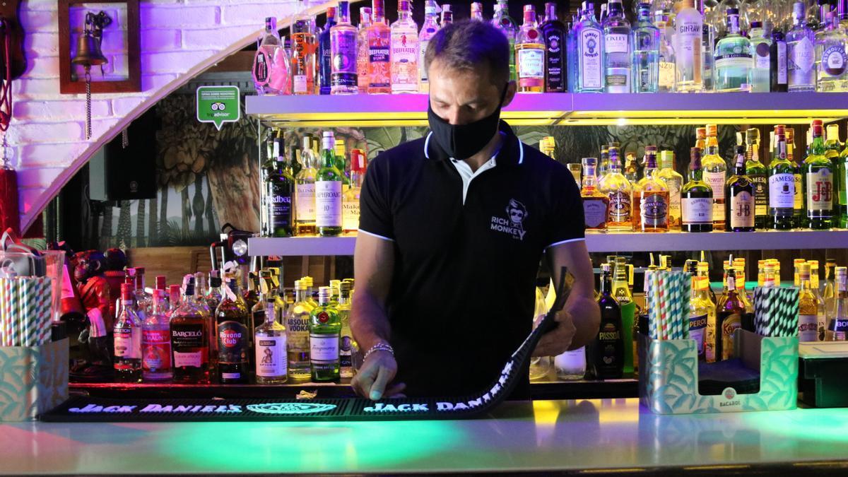 Un camarero en un bar de Sitges.