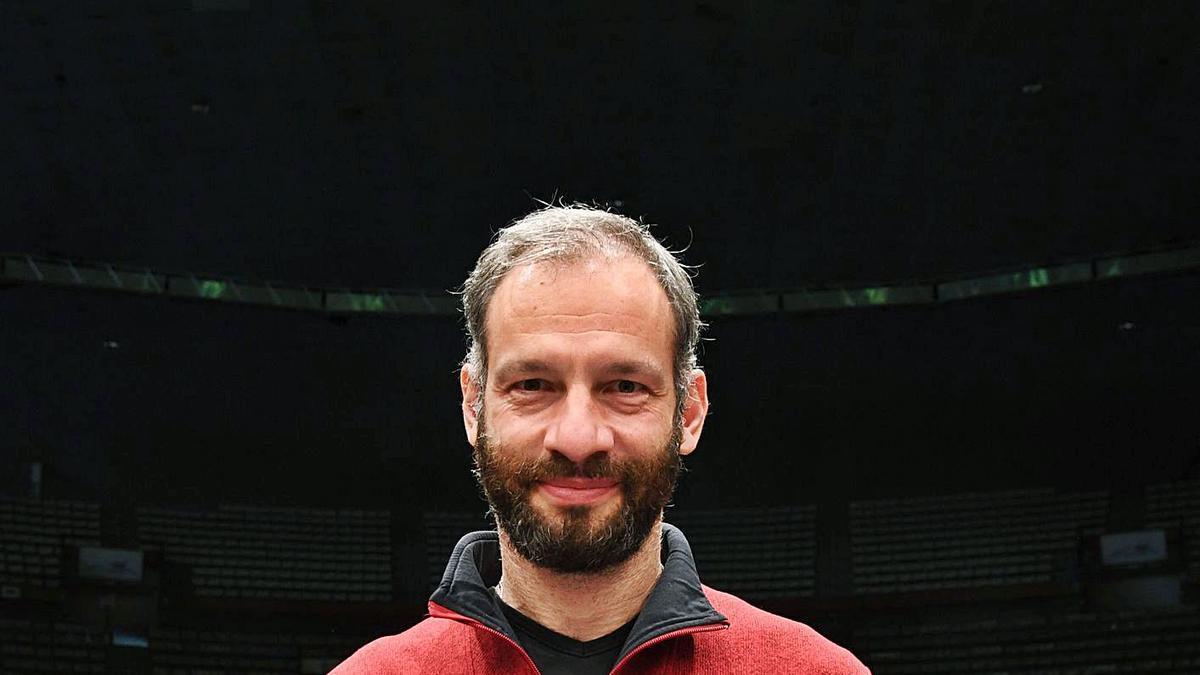 El director de la Sinfónica, Dima Slobodeniouk, ayer, en el Coliseum, tras el ensayo.   | // CARLOS PARDELLAS