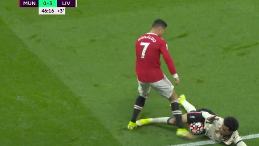 Cristiano pierde los papeles y patea a un canterano del Liverpool