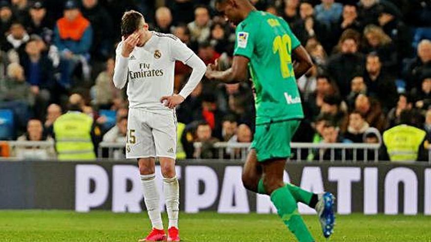 El Madrid reacciona tard i diu adeu al torneig al seu estadi
