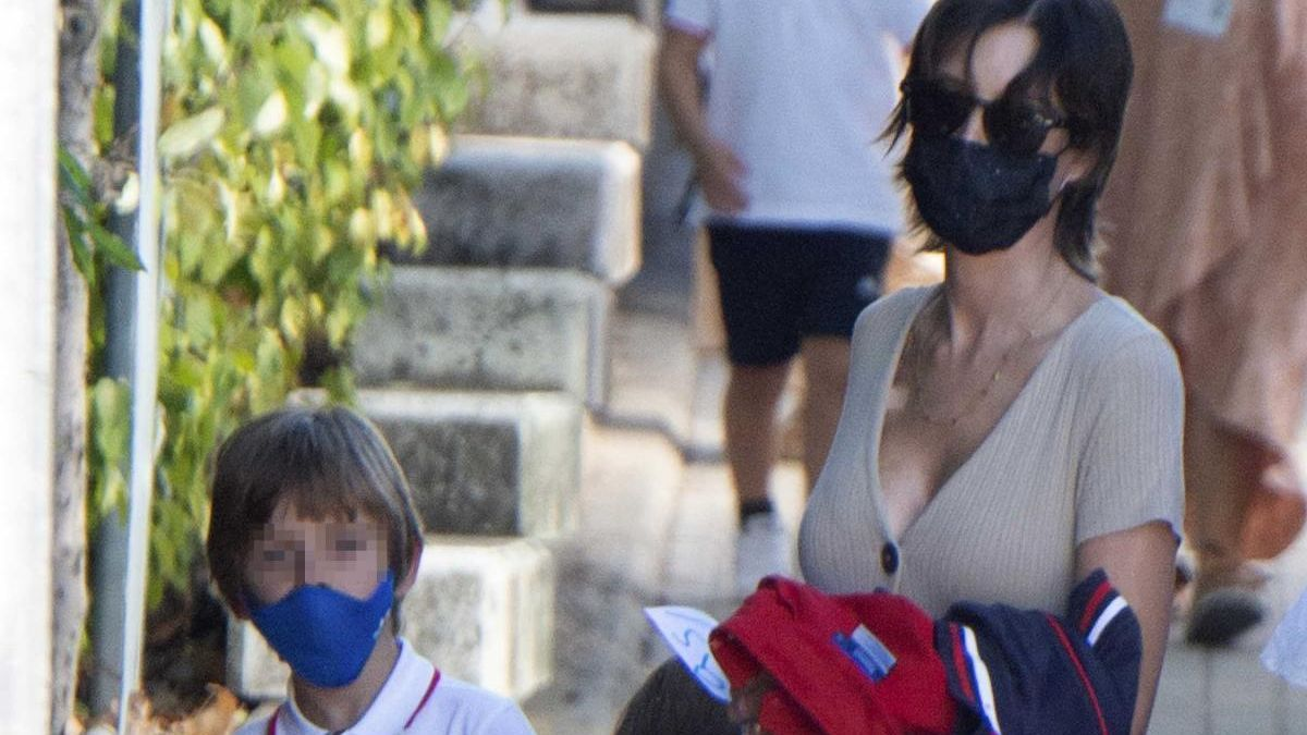 Sara Carbonero, junto a sus hijos en el primer día de colegio.