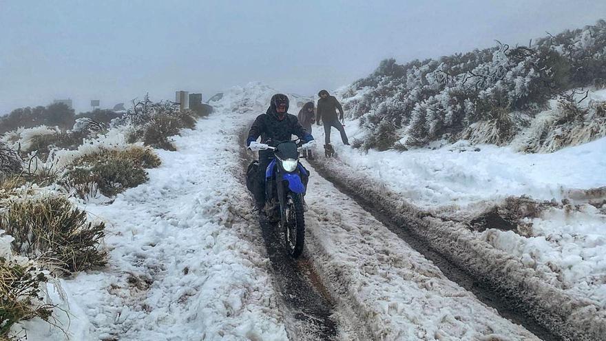 Las placas de hielo obligan a cerrar los accesos al Teide abiertos un día antes