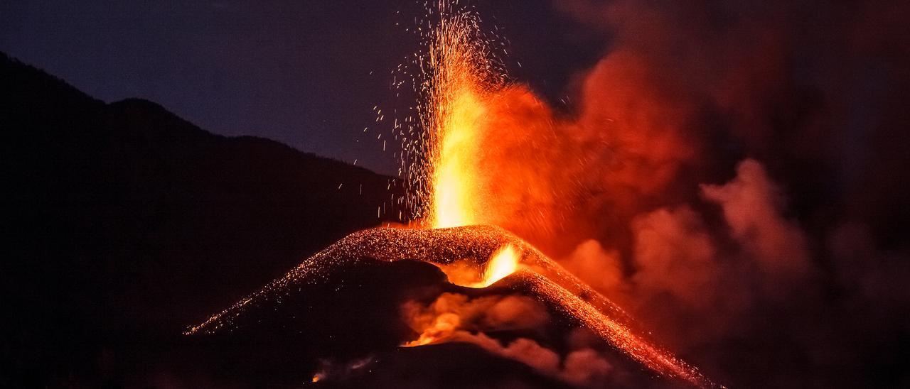 """La colada que avanza por el sur del volcán de La Palma """"engulle"""" terreno a seis metros por hora"""