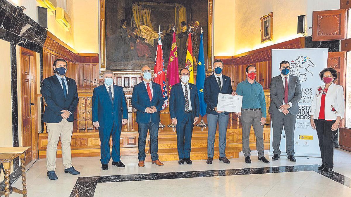 Un momento de la entrega, ayer, del certificado de la Unesco a los festeros de Caravaca.