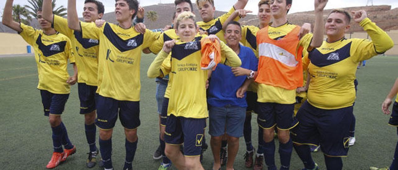 Algunos jugadores del Agüimes justo después de la finalización del encuentro con el San Mateo.