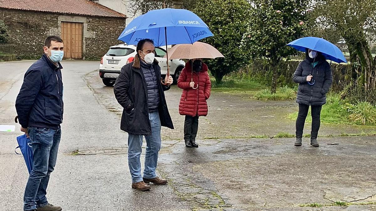 José Cuñarro y José Crespo, ayer, durante la visita efectuada a la parroquia de Albarellos.