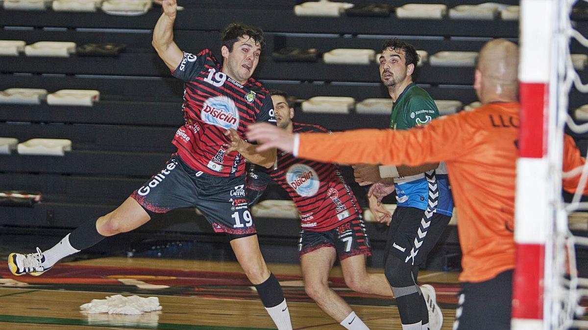Román, en un partido anterior del equipo rojinegro. |  // BERNABÉ