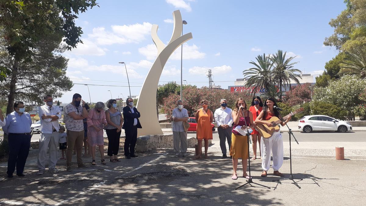 La escultura de seis metros de altura se ha instalado en el acceso principal al centro educativo.