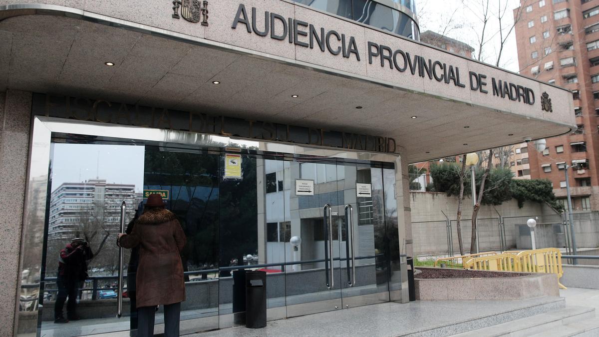 Archivo - Una mujer entra en el edificio de la Audiencia Provincial de Madird
