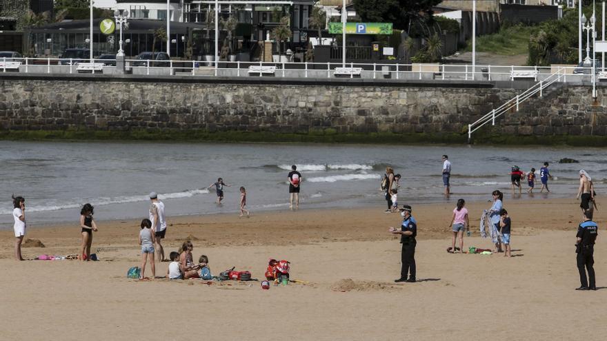 Dos patrullas de la Policía Local apoyarán el control artificial de aforos en la playa