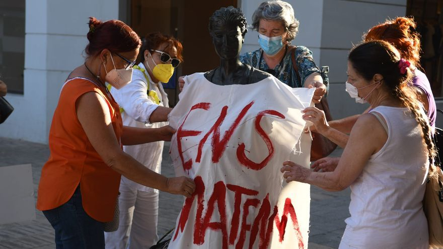 Sábanas blancas con manchas rojas cubren 18 esculturas femeninas en Castelló
