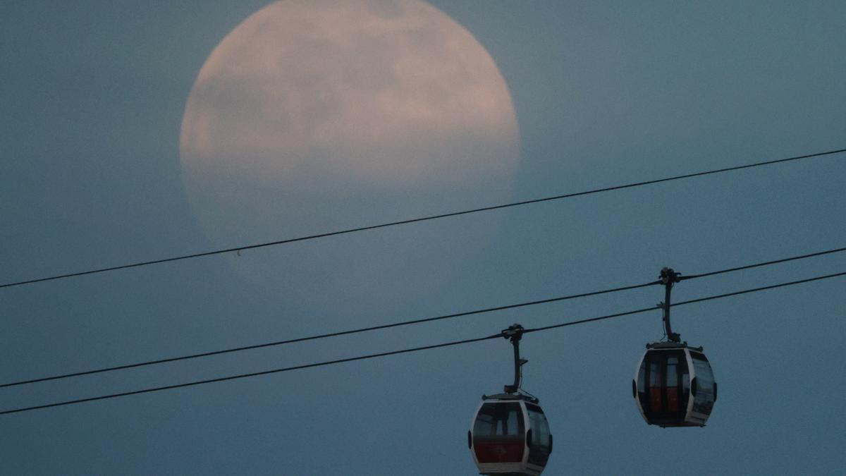 The full moon, also (109390899).jpg