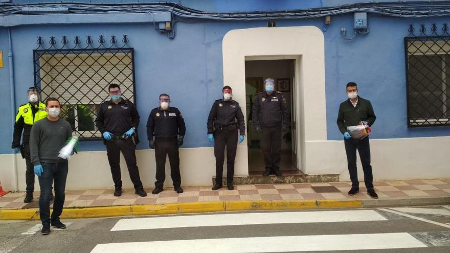 Almussafes distribuye viseras de protección a los profesionales sanitarios y policiales