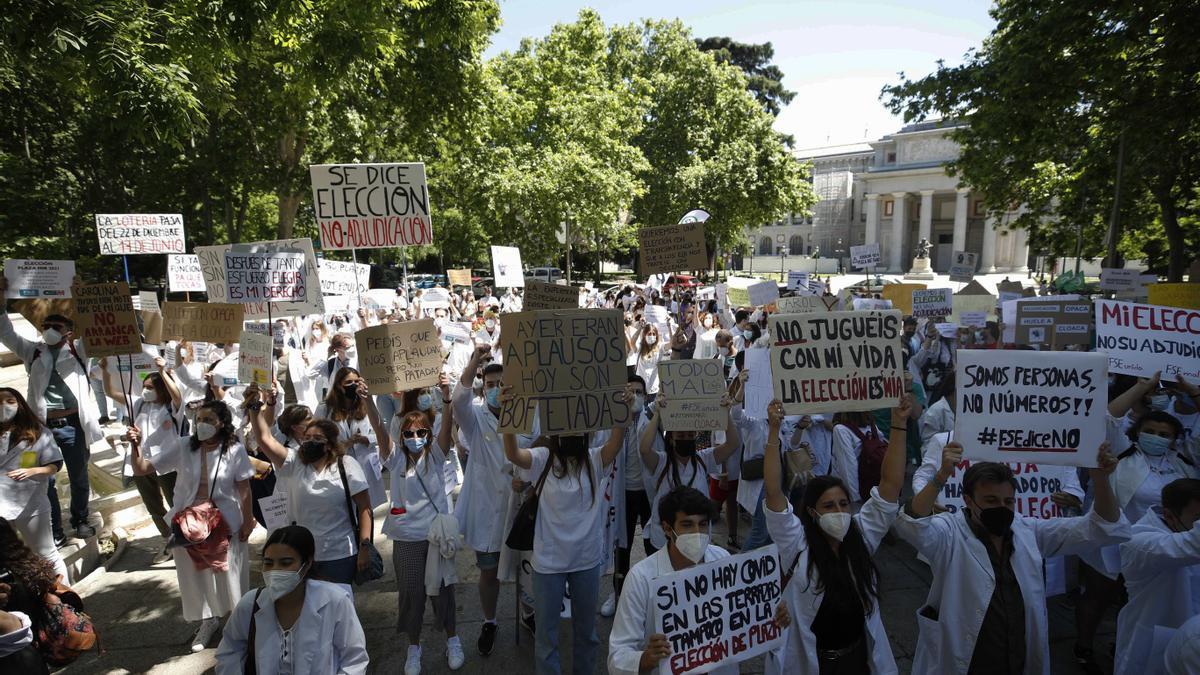Protestas de los MIR ante el Ministerio de Sanidad.