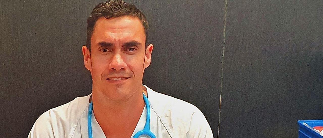 Carlos Baeza en su despacho del Hospital General de Elche.  |