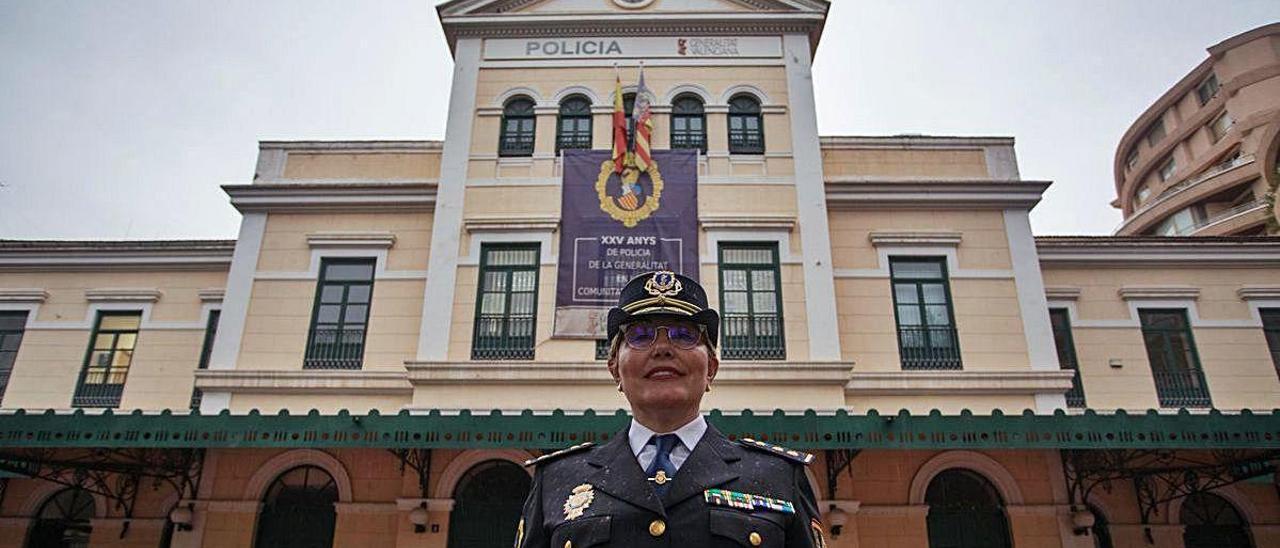 La comisaria Marisol Conde posa ante la sede de la Policía Autonómica en València.