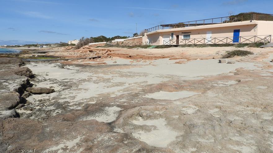 Reparos a la reposición de arena en una playa de Formentera