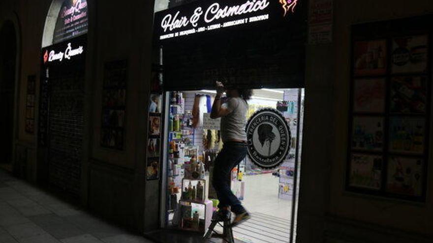 Aldarulls i atacs a bancs, comerços i a la comissaria de la Rambla en una nova nit d'incidents a Barcelona