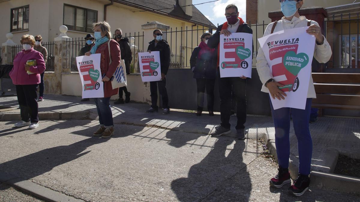 Concentración por una mejor Sanidad Pública en el medio rural organizada en Villaralbo