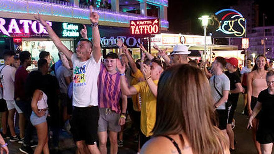 Baleares prohíbe por ley el turismo de borrachera