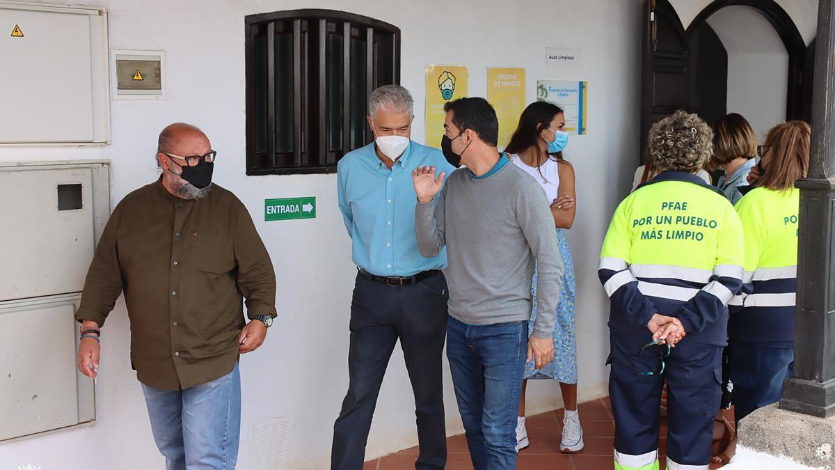 Los concejales Nicolás Saavedra (i), José Juan Cruz y Mame Fernández en Tías.