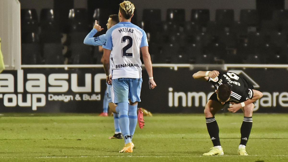 Los jugadores del Málaga celebran el tanto del empate en el Cartagonova en el último partido.   IVÁN URQUÍZAR