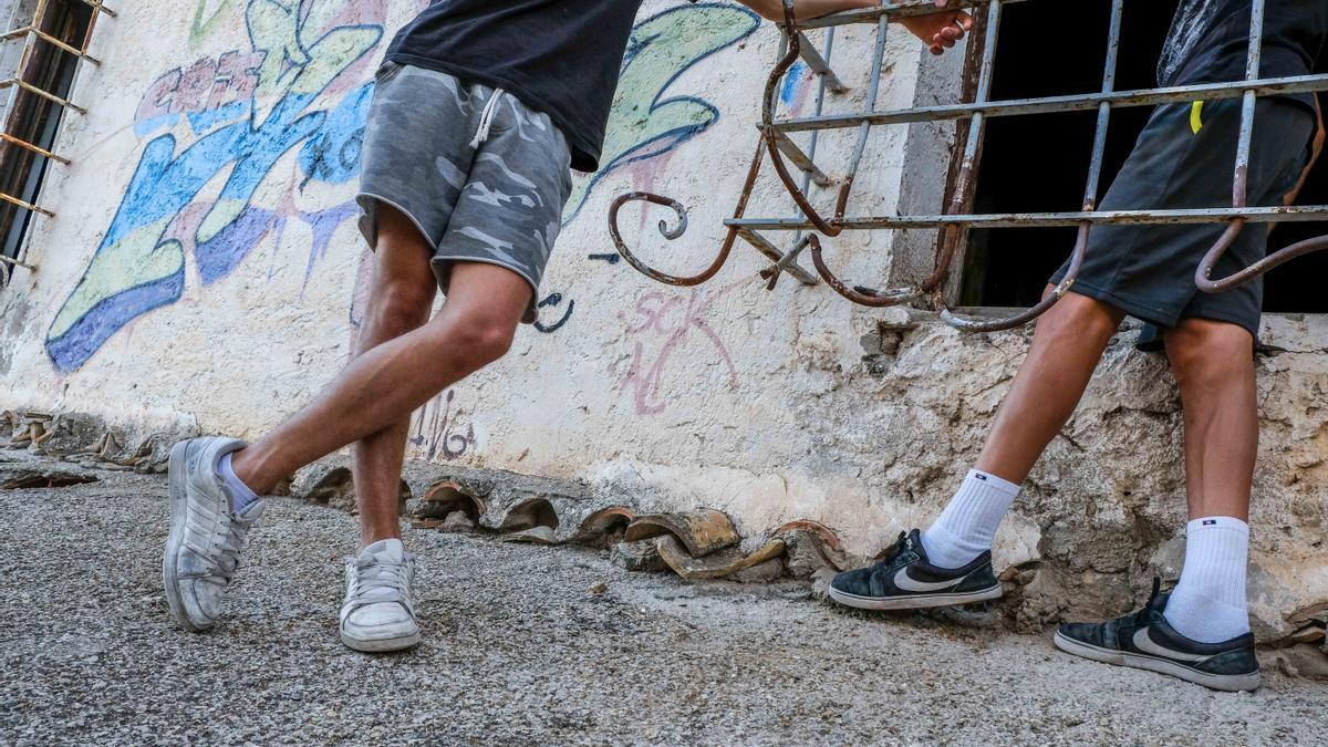 Imagen de dos jóvenes del centro de menores de Villena.
