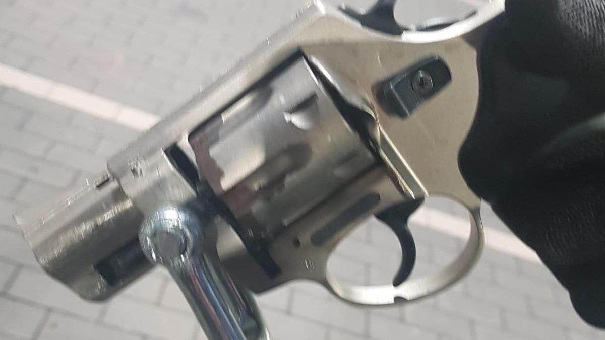 El revòlver que la Policia Local va trobar dins el cotxe.