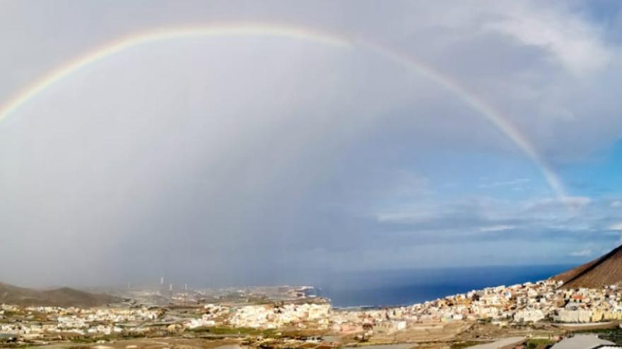 El arcoíris colorea el cielo del norte de Gran Canaria