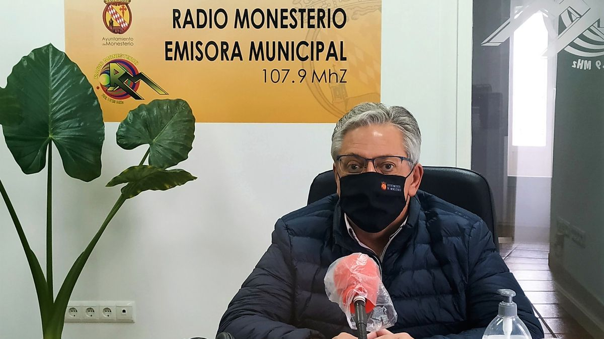 Antonio Garrote en los estudios de Radio Monesterio
