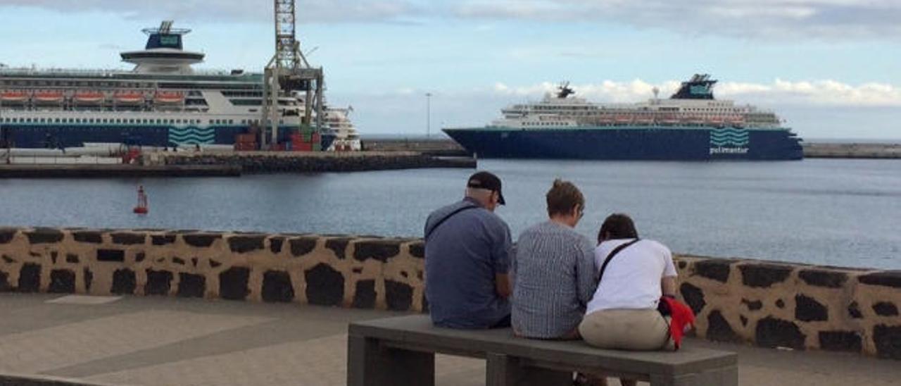 De izquierda a derecha, los cruceros 'Marella Dream', ' Sovereign', 'AidaSol' (detrás), 'Horizon' y 'Costa Favolosa', ayer, entre Los Mármoles, el muelle de contenedores y el muelle de cruceros.