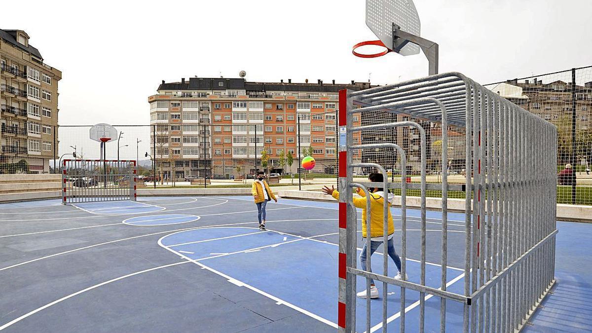 Dos niños juegan ayer en las recién instaladas porterías.    // BERNABÉ/JAVIER LALÍN