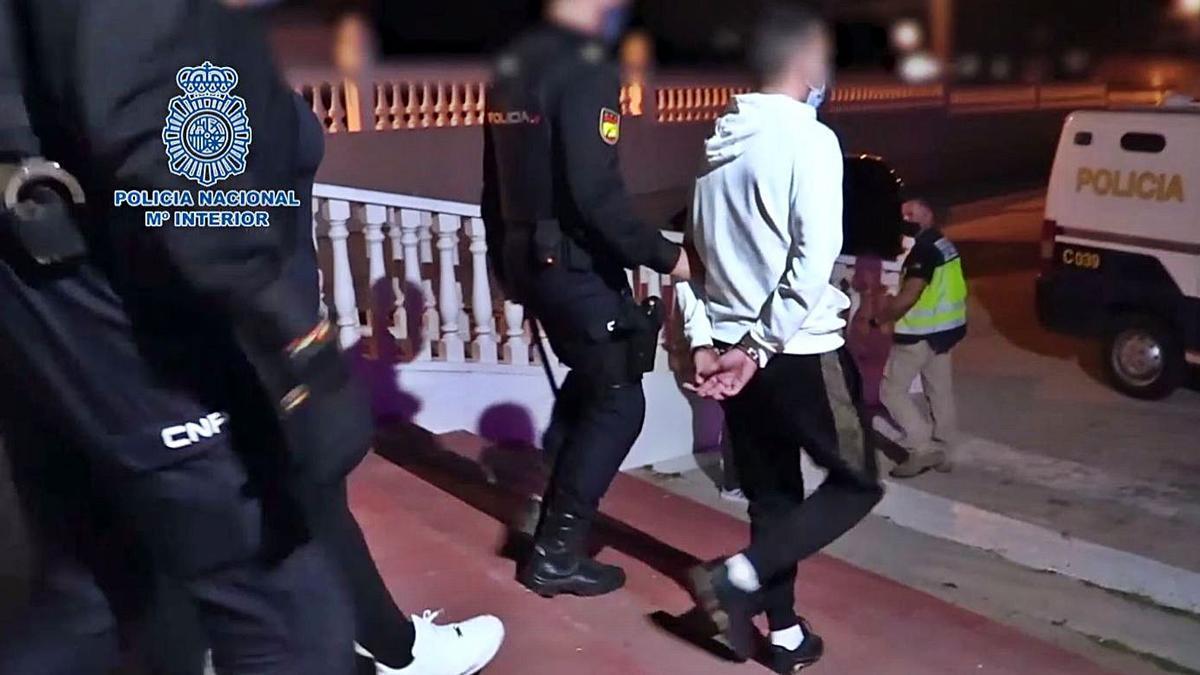 Uno de los detenidos durante la operación, desarrollada en València, Alicante, Murcia y Almería. | POLICÍA NACIONAL