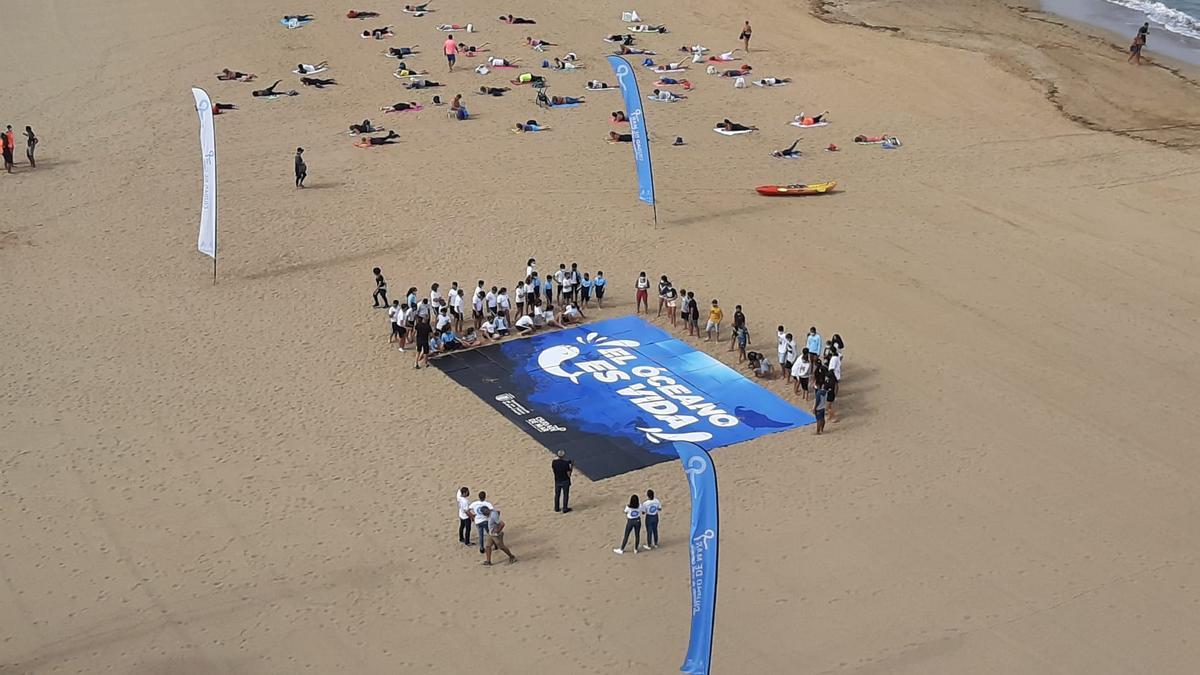 Mosaico por el Día Mundial de los Océanos en la playa de Las Canteras, a vista de pájaro.