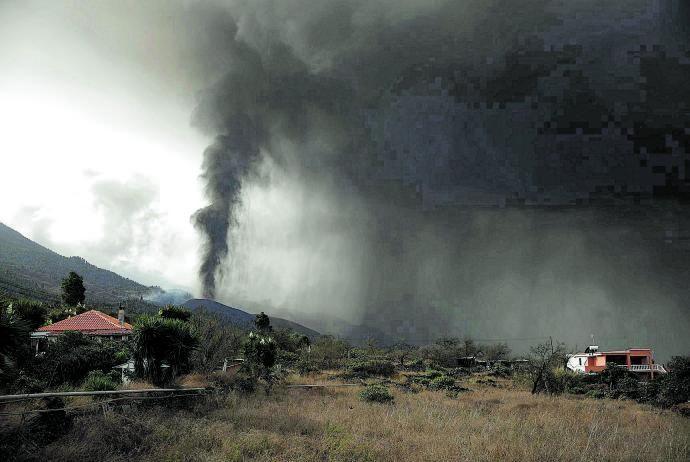 La nube de ceniza y dióxido  de azufre emerge del volcán  en erupción, ayer.  | // KIKE RINCÓN / E.P.