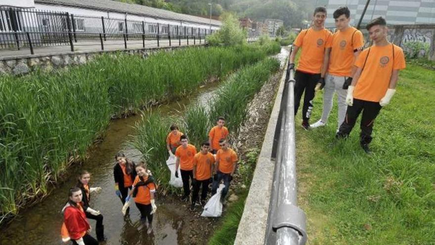 """""""#Trashtag challenge"""" en el río San Juan"""