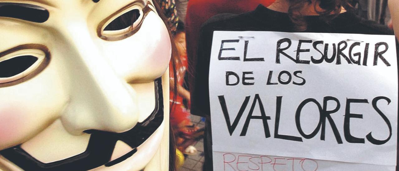 Manifestación del movimiento Democracia real ya por las calle de la capital grancanaria, el 15 de mayo de 2011 .     ANDRÉS CRUZ