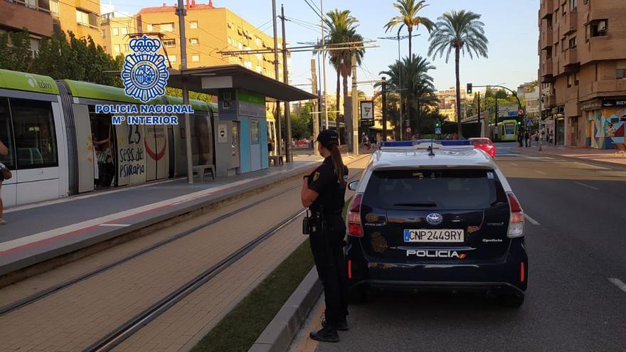 Un policía fuera de servicio frustra un robo con violencia a una joven en Murcia