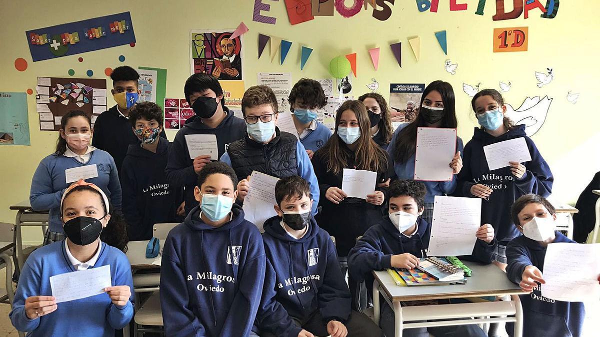 Los alumnos de 1.º D del colegio La Milagrosa, con las cartas que escribieron a Malala Yousafzai.   C. L. M.
