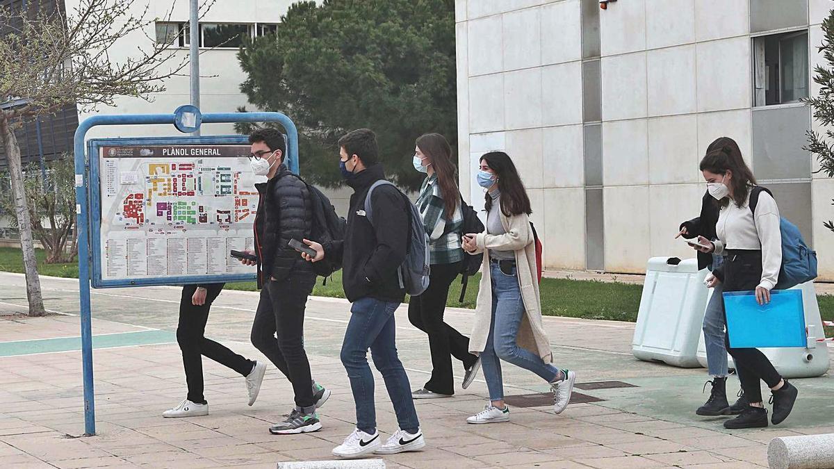 Alumnos y alumnas del Campus de Vera de la UPV, ayer por la mañana. | JM LÓPEZ