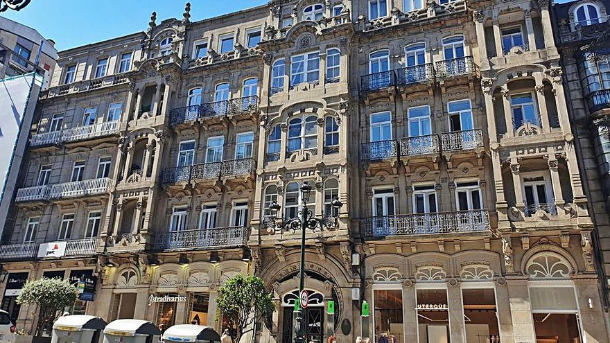 Vendido por 4,1 millones el inmueble que da cobijo a Stradivarius en la calle Urzáiz