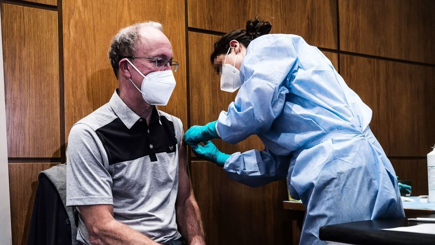 Una persona se vacuna con AstraZeneca en Italia.