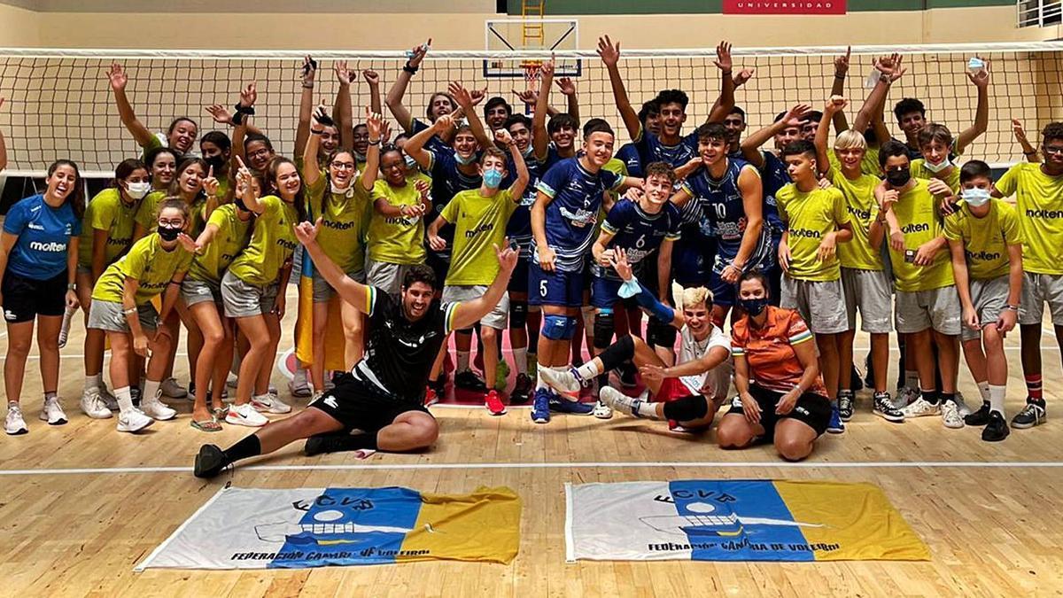 La expedición de Canarias celebra el título conquistado por la selección cadete –de azul en el centro de la imagen– tras ganar 3-0 a  Madrid.     LP/DLP