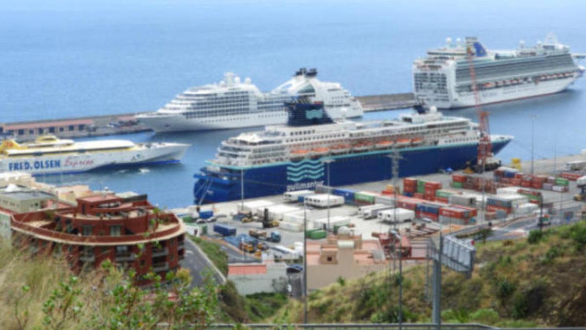El puerto de Santa Cruz de Tenerife con varios cruceros atracados.