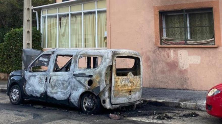 Un incendio destruye una furgoneta de madrugada en Son Armadans