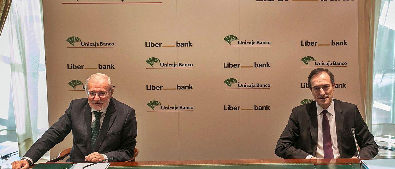 Por la izquierda, Manuel Azuaga y Manuel Menéndez, que serán presidente y consejero delegado de Unicaja Banco.