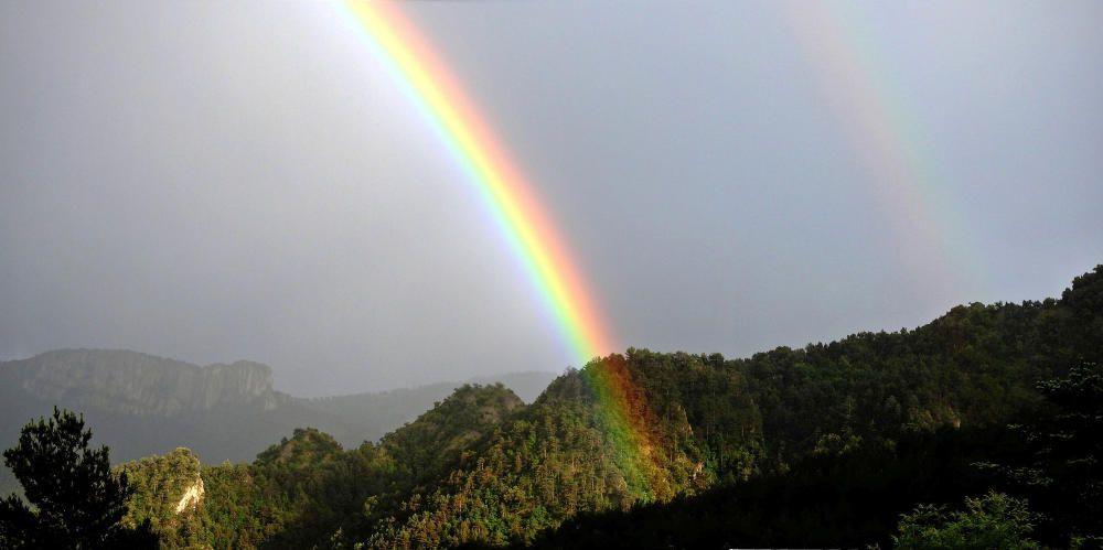 Sant Llorenç de Morunys. Amb la pluja de dimarts passat, un lector va poder captar aquesta bonica estampa de l'arc de Sant Martí amb un cel ben fosc de fons i un raig de sol que il·luminava un tros de la vall.