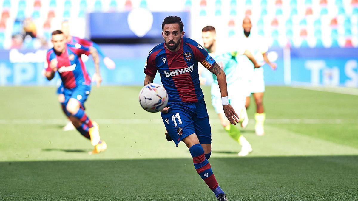 José Luis Morales se dispone a conducir la pelota durante el partido ante el Granada de esta temporada.  | AFP7/EUROPA PRESS